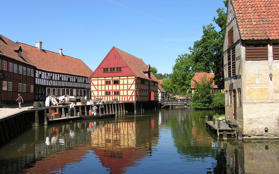 Den Gamle By är ett område bestående av återuppbyggda historiska hus.