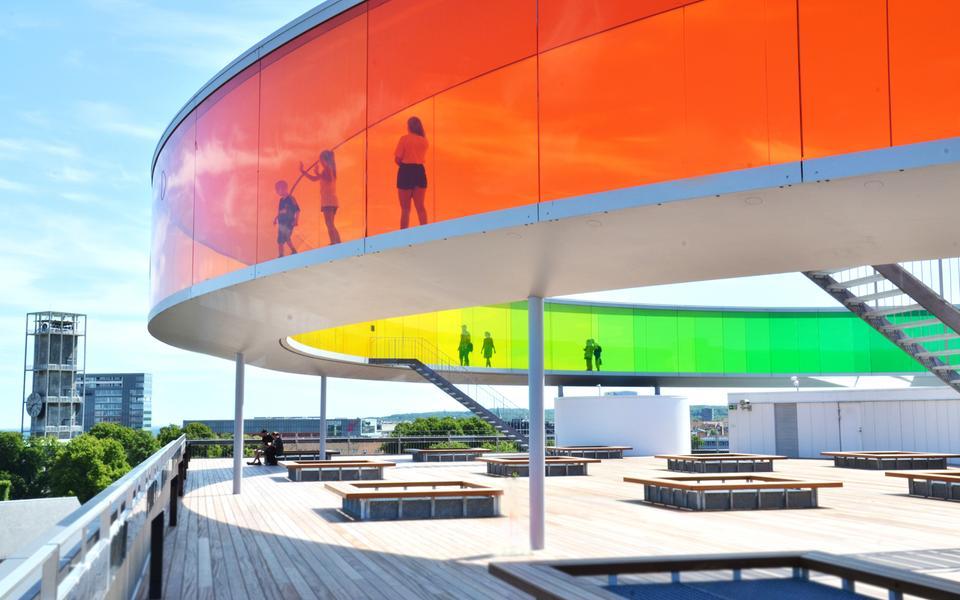 Från konstverket Your Rainbow Panorama på ARoS tak har du en annorlunda utsikt över Århus.